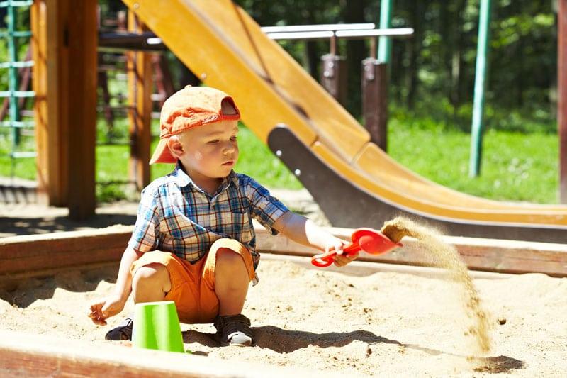 Dieťa na pieskovisku