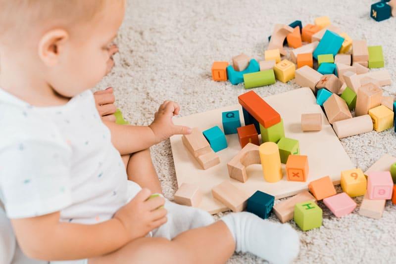 Dieťa sa hrá s kockami