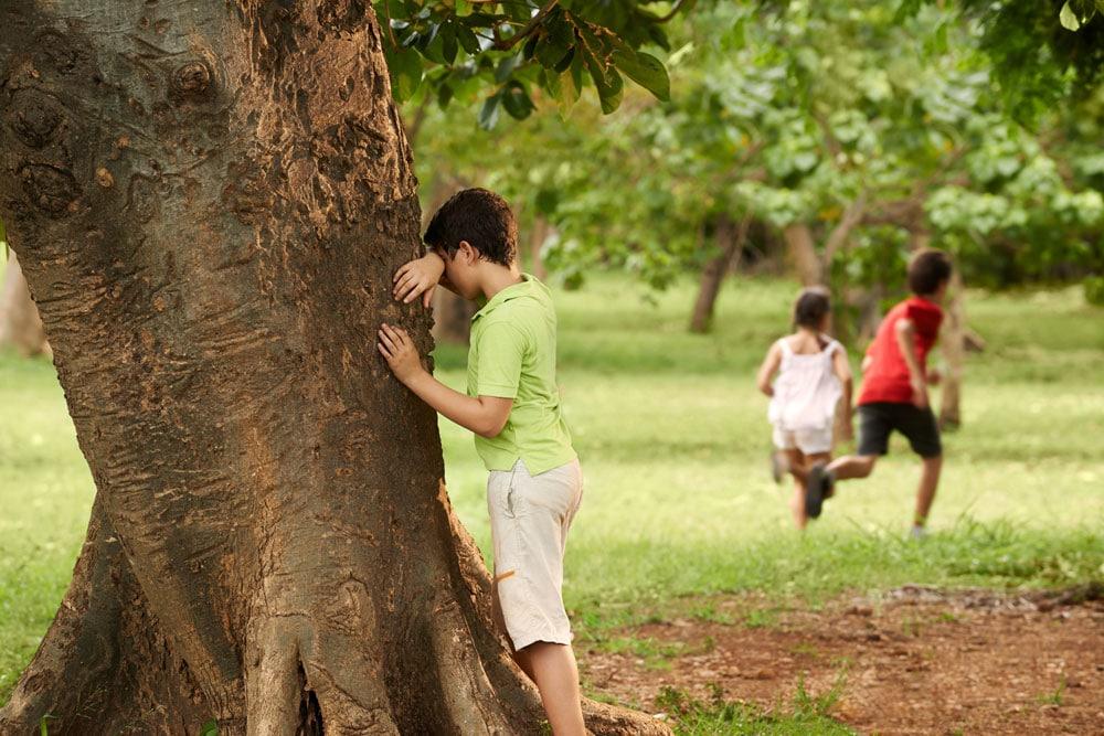 Deti hrajú schovávačku