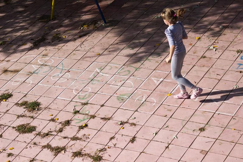 Dieťa skáča škôlku