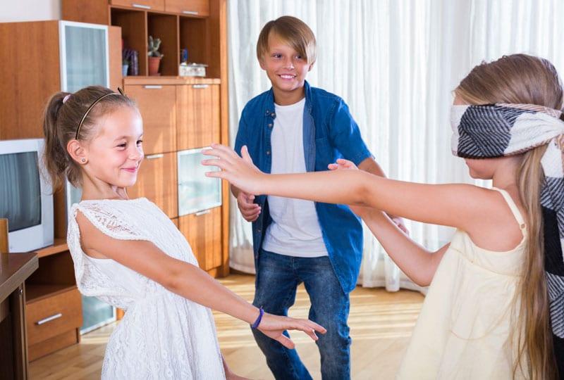 Deti sa hrajú slepú babu