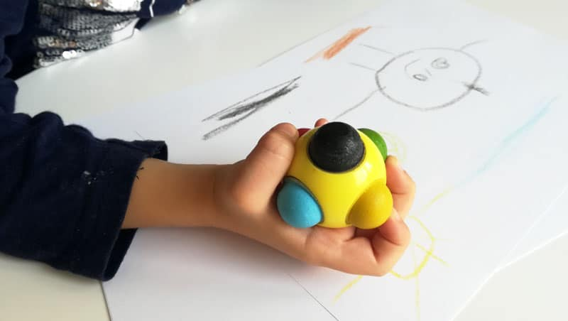 Farebná gulička v ruke